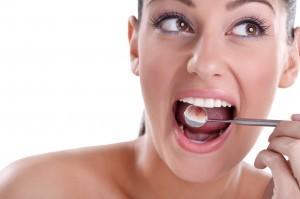 donna con denti bianchi e curati